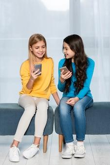 Молодые девушки с мобильного