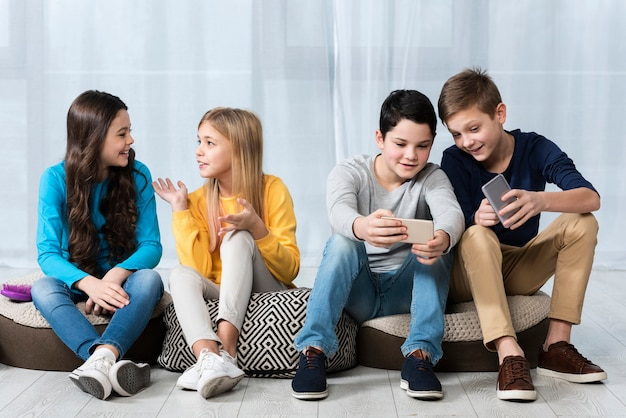 Группа молодых друзей