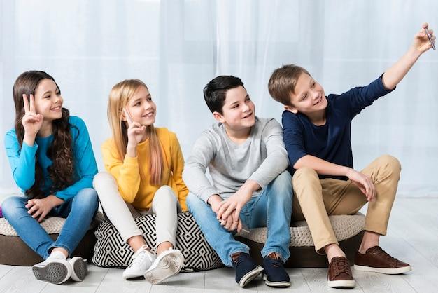 Группа молодых друзей, принимающих селфи