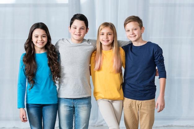 Вид спереди группы друзей