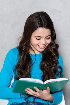 肖像画の若い女の子の読書