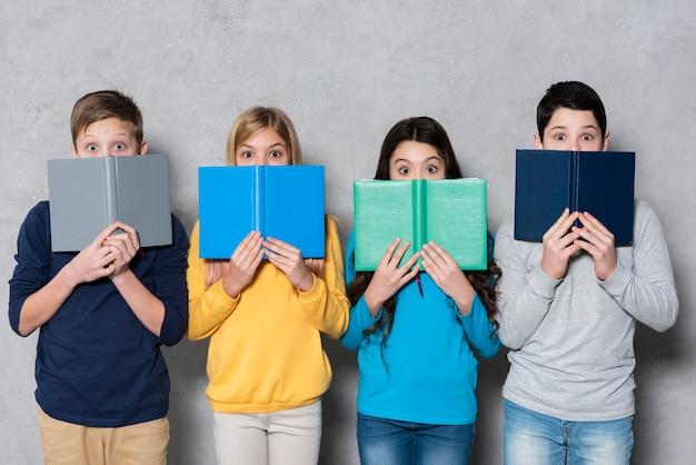 本と子供たちの高角度のグループ