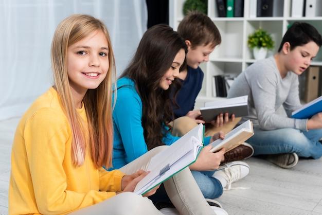 Высокий угол детского чтения