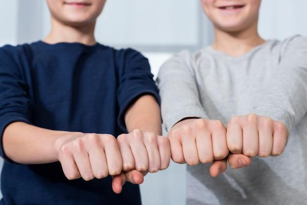 Кулаки для мальчиков крупным планом