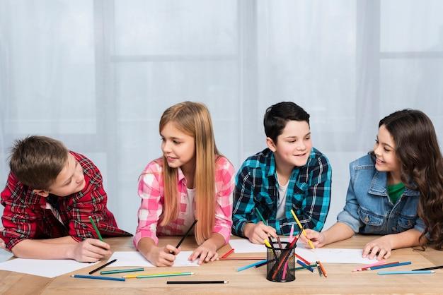 テーブルの着色で子供たち