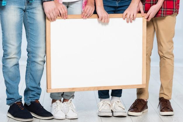 Крупным планом дети держат рамку