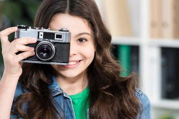 Улыбающаяся девушка фотографирует