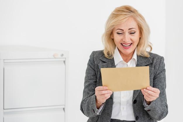 Высокий угол женщина, читающая конверт