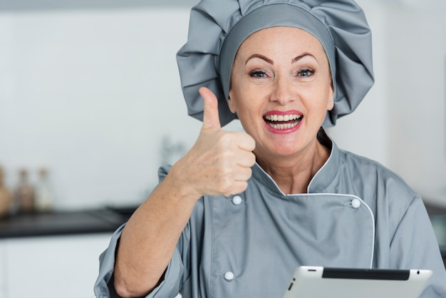Смайлик шеф-повар показывает знак ок