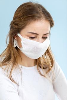 外科医のマスクを着ている女性の肖像画