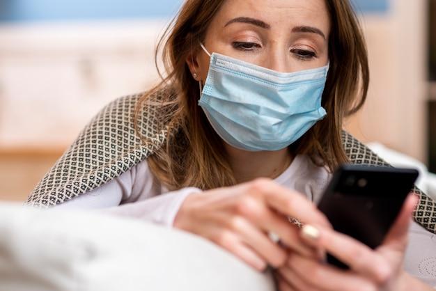 Карантин повседневной деятельности и женщина на своем мобильном телефоне