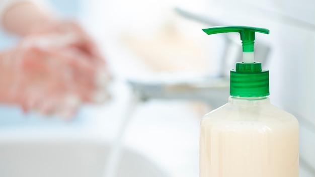 Мыть руки часто с водой и мылом крупным планом