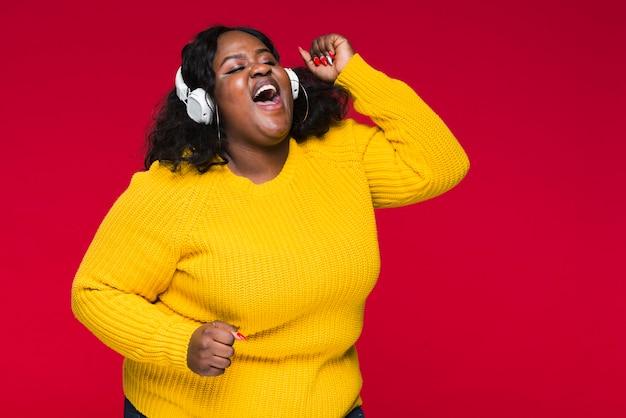 Высокий угол женщина прослушивания музыки