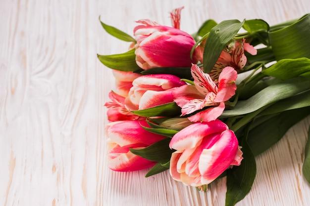 Высокий угол тюльпанов на столе