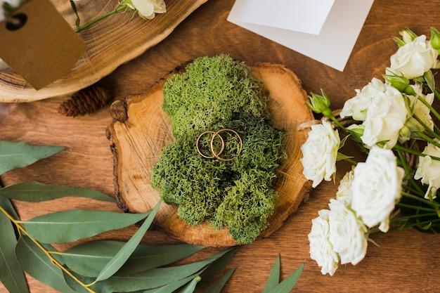 テーブルの上の結婚式の花飾り
