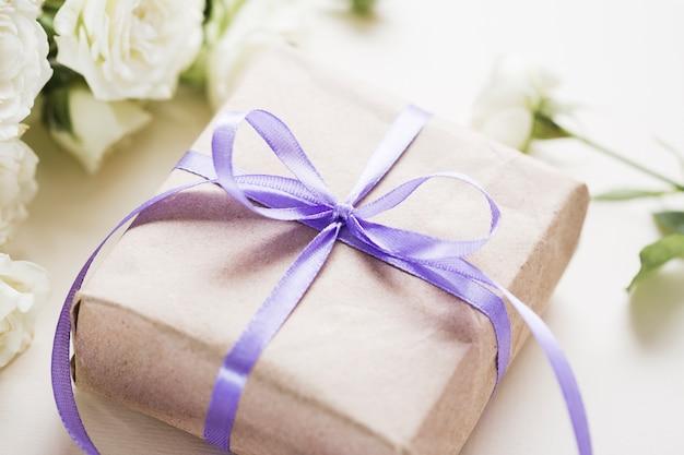 結婚式のためのクローズアップのささやかな贈り物