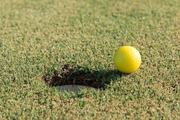 フィールド上のゴルフボール