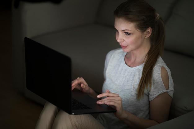 Высокий угол женщины, работающие на ноутбуке