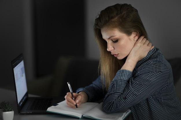 Красивая женщина работает на ноутбуке