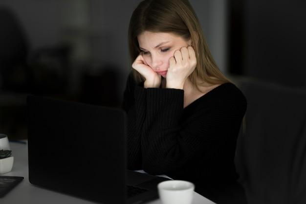 Вид спереди красивой женщины, работающей за столом