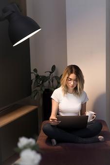 Вид спереди красивой женщины с ноутбуком