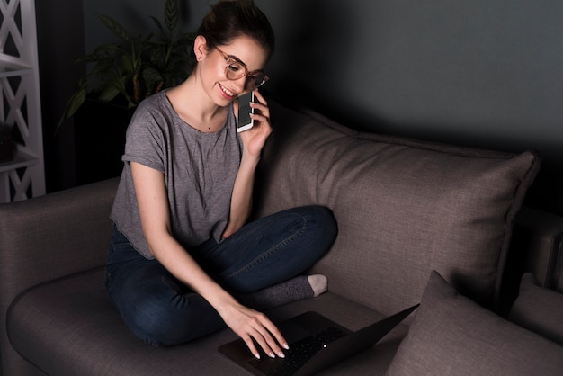 Вид спереди женщины, работающей на ноутбуке