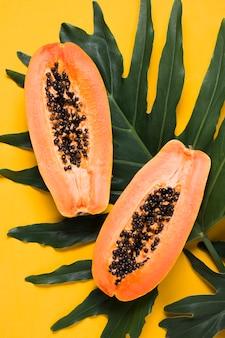 Вид сверху свежая папайя, готовая к употреблению