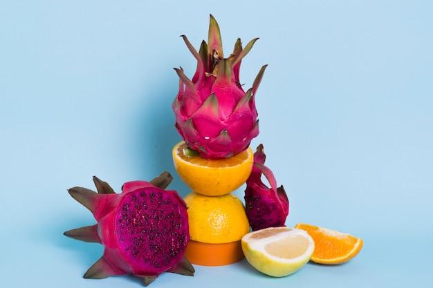テーブルの上のクローズアップおいしいドラゴンフルーツ
