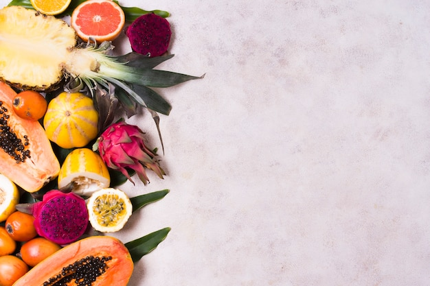 コピースペースを持つ新鮮なエキゾチックなフルーツの品揃え