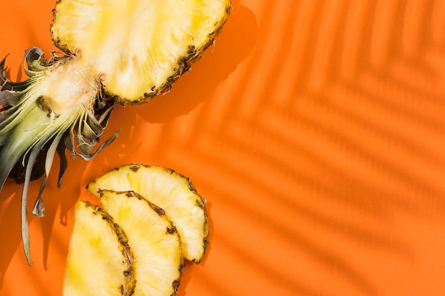 Вид сверху вкусного ананаса на столе