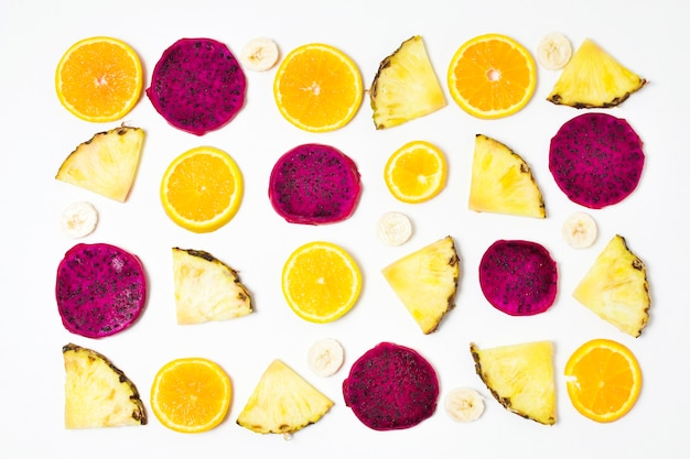 テーブルの上のエキゾチックなフルーツのトップビューの選択
