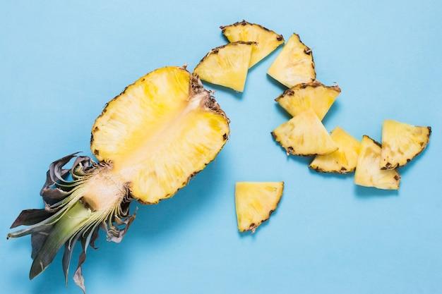 クローズアップおいしいパイナップルを提供する準備ができて
