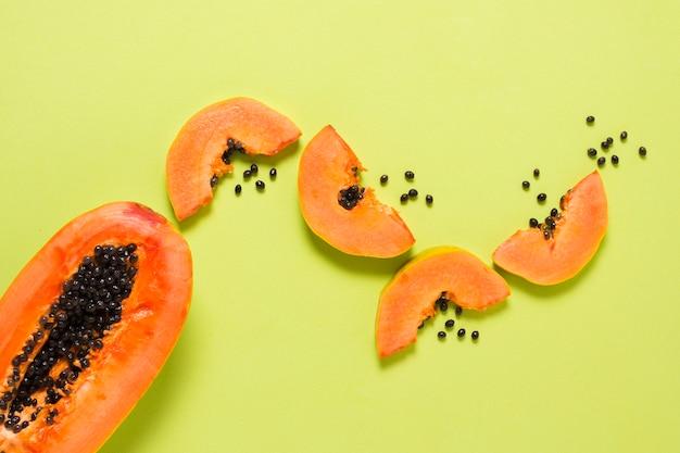 Вид сверху вкусной папайи на столе