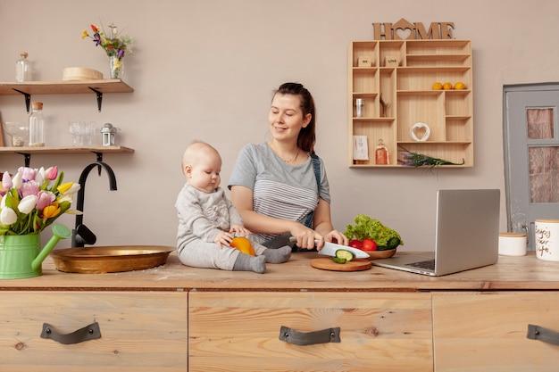自宅で赤ちゃんと母親
