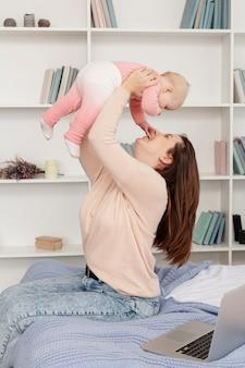 自宅で子供を持つ母