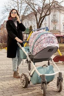 屋外の赤ちゃんと母親