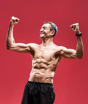 腹部の筋肉を持つ幸せな男