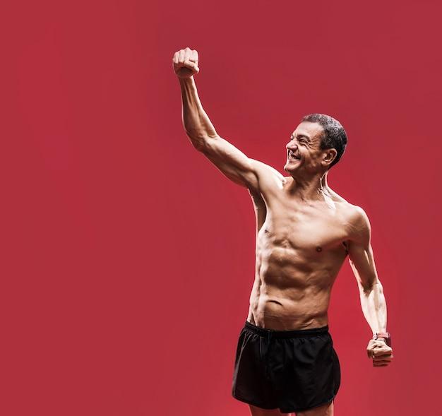 腹部の筋肉を持つ男