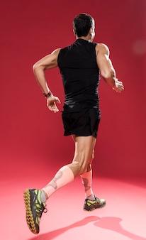 Тренировка человека под низким углом для следа