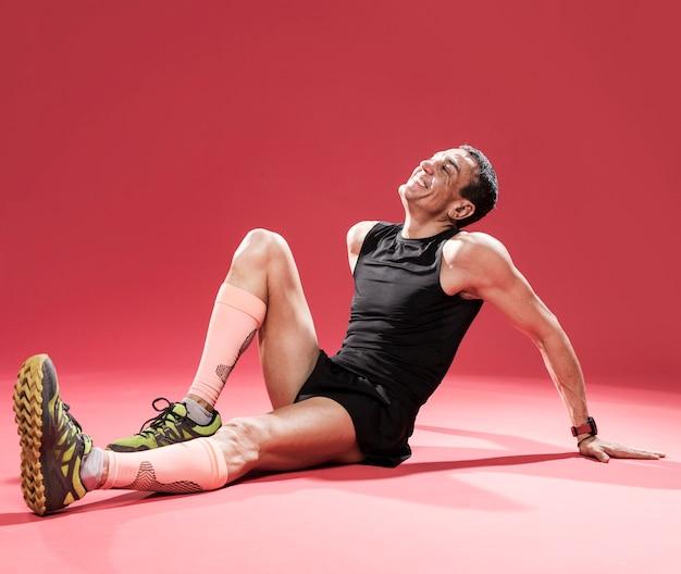 Высокий угол человек отдыхает после тренировки