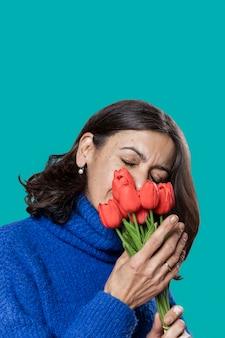 Высокий угол женщина с букетом цветов