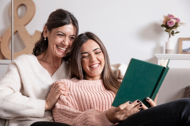 低角度の母と娘の読書