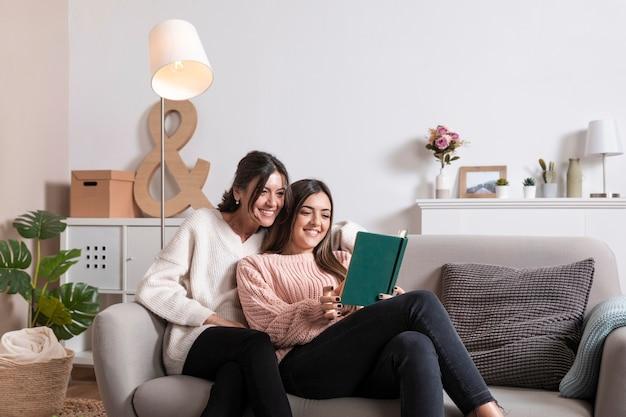 ママのために読んでいる女の子
