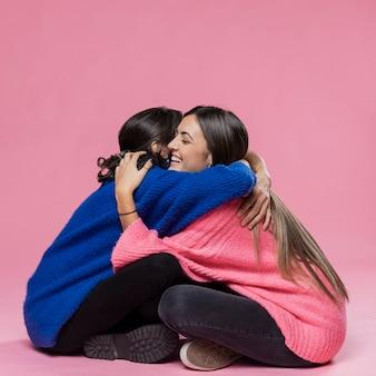 母と娘を抱いて