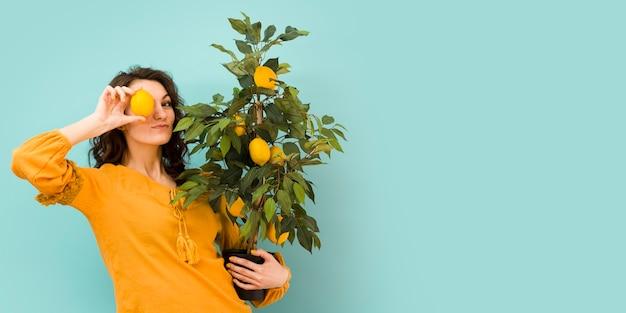 Красивая женщина, держащая дерево