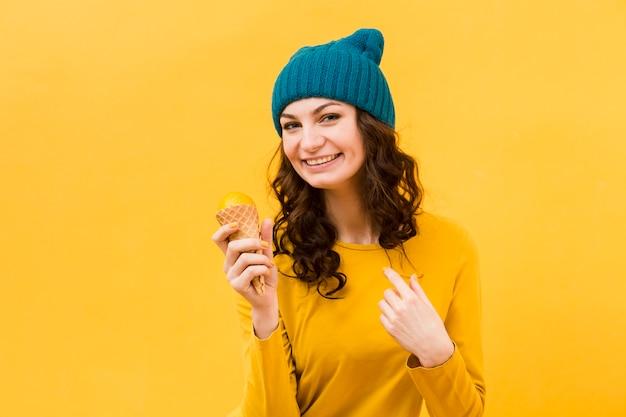 アイスクリームと美しい女性の正面図