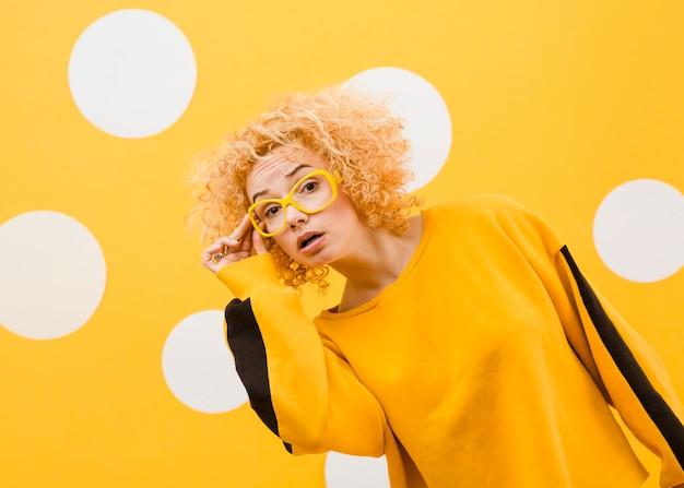 Красивая белокурая женщина с желтыми стеклами