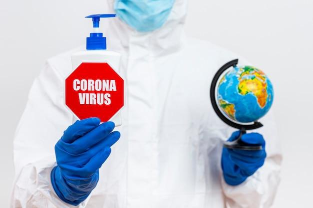 コロナウイルスの一時停止の標識を持つ防護服の男