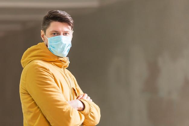Человек с хирургической маской на открытом воздухе