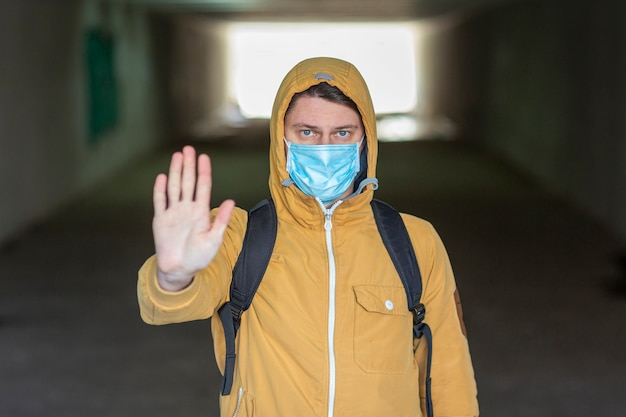 サージカルマスク屋外を持つ男